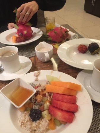 Shangri-La Hotel, Qaryat Al Beri, Abu Dhabi: breakfast