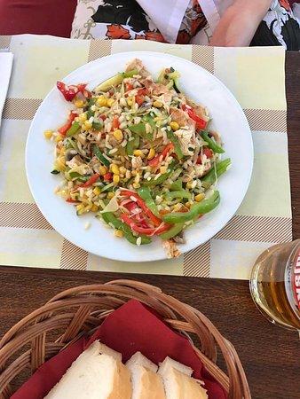 Njivice, Croacia: wok di verdure e pollo alla griglia