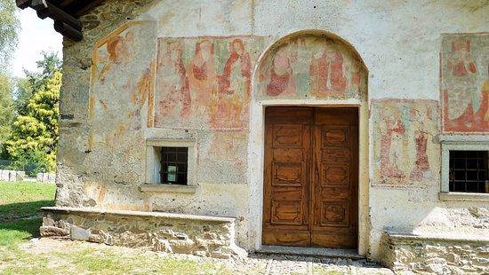 Gozzano, Italia: Portale con Annunciazione