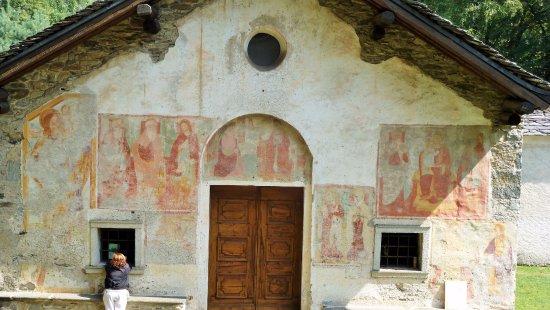 Gozzano, Italia: Facciata con affreschi