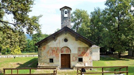 Gozzano, Italia: Pianoro con chiesa e campanile