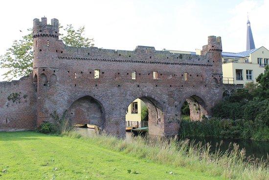 Rijksmonument Berkelpoort-ruine uit 1424: Berkelpoort