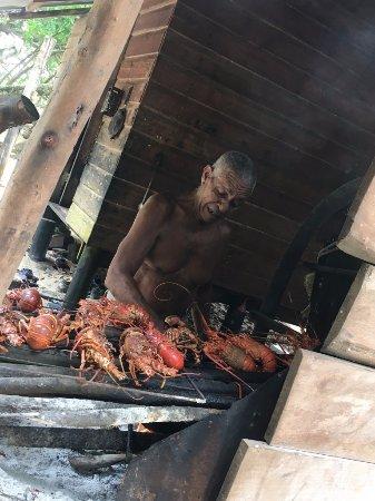 Isla Bastimentos, Panama/Panamá: Polo, el náufrago de la isla cocinando sus fabulosas langostas.