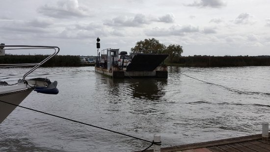 Reedham, UK: The chain ferry over to the Ferry Inn