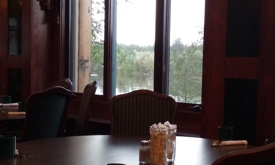 Pike's Waterfront Lodge: Can see river from the dining room.