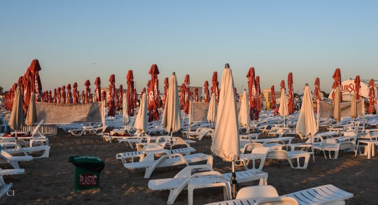 Eforie, Roumanie : The beach loungers, just after sunrise and before the crowds swarm in.