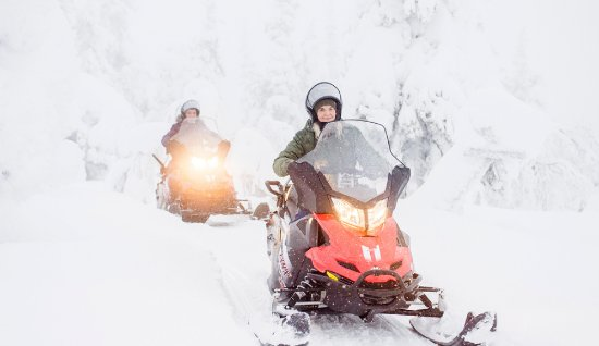 Saariselka, Finlandia: Feel the thrill of the speed on a snowmobile. Day and night tour options available.