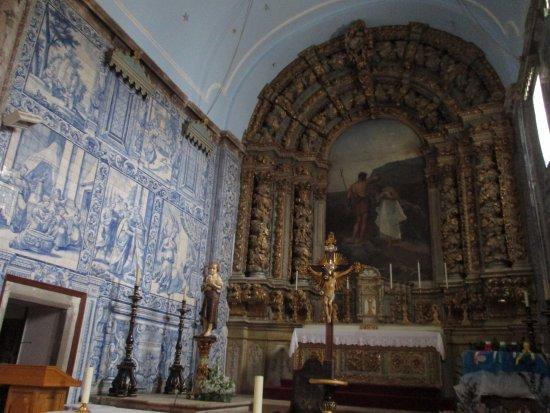 Figueiro dos Vinhos, Portekiz: Igreja Matriz de Figueiró dos Vinhos (main altar and wall covered with tiles)