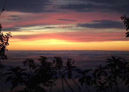 Yunguilla, Ecuador: zon uitgaan op de bergen
