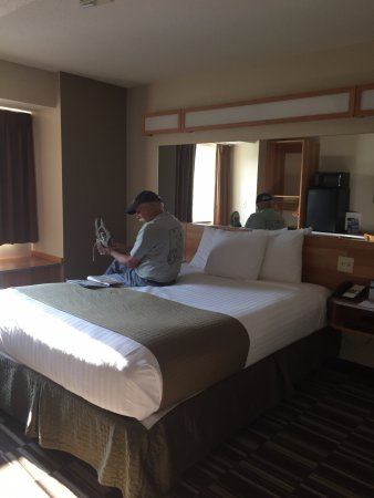 Microtel Inn & Suites by Wyndham Johnstown: Room