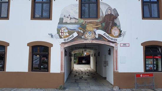 Schlehdorf, Allemagne : Haupteingang mit Durchfahrt zum Parkplatz im Innenhof