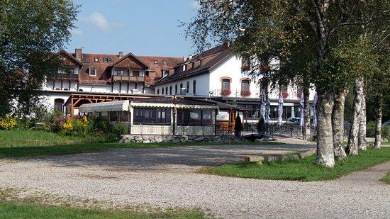 Schlehdorf, Alemania: Hotel vom Parkplatz gesehen