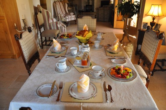 Saint Colomb de Lauzun, France: Breakfast inside Les Trois Chenes