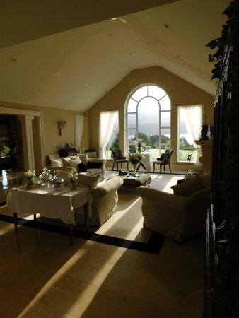 Blessington, Irlanda: Living room where you can sit and relax with a nice view of the lake