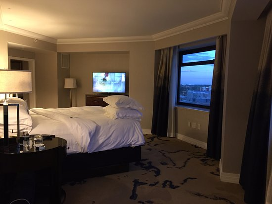The Ritz-Carlton, Denver: Corner room - One Bedroom Suite