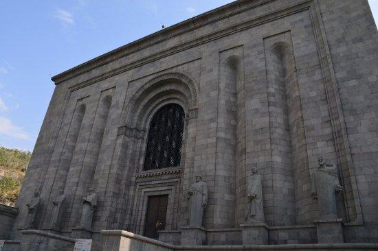 Matenadaran, Institut Machtots de recherches sur les manuscrits anciens : Vu de l'extérieur