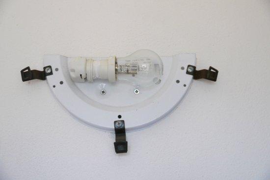 Plafoniera Bagno : In bagno manca una plafoniera e la lampadina è a vista foto di