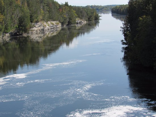 Campbellford, كندا: Trent River just downstream from suspension bridge.