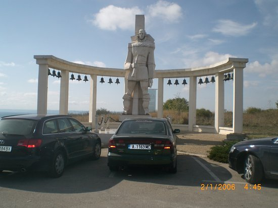 Province de Dobrich, Bulgarie : Вот эти машины очень портят вид на мемориал.