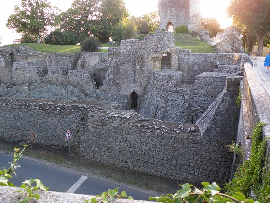 Domfront, Francia: Well preserved castle walls near the entrance