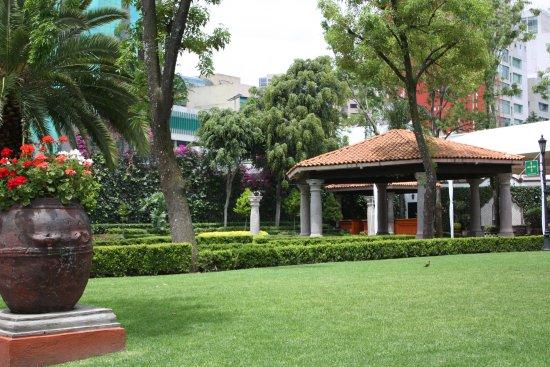 Los jardines de la hacienda son el marco perfecto para una for Jardines murales