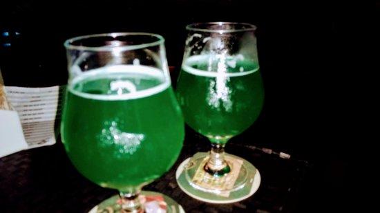 Aracatuba, SP: Chopp verde em comemoração ao Saint Patrick's Day.