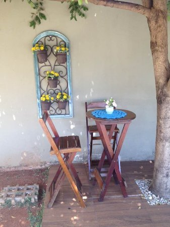 Ipora: Gostoso espaço ao ar livre, debaixo de árvores, para um café com rosquinhas e pão de queijo