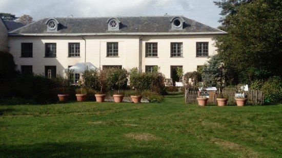 Parc du Domaine de Madame Elisabeth : La maison du fond avec sa terrasse