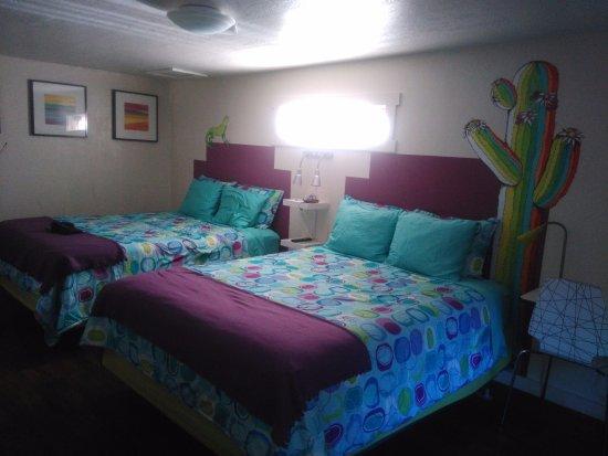 Kokopelli Lodgings: chambre propre et colorée