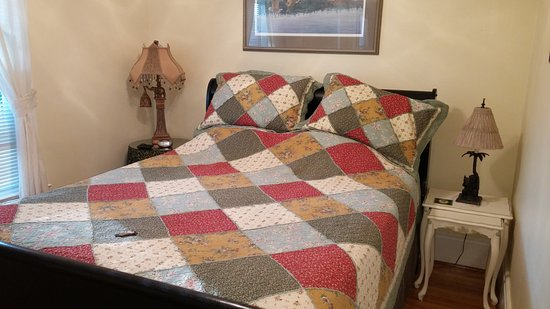 Bloomfield, Canadá: Queen bed in the Hillier suite