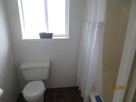 Surf & Sand Inn: toilet