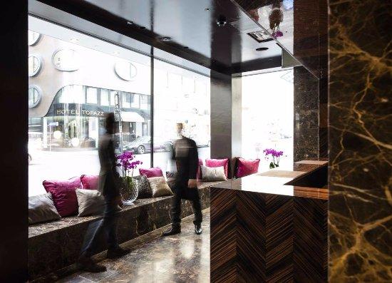 โรงแรมโทพาซ: Le café bar Bloom, juste en face de l'hôtel Topazz