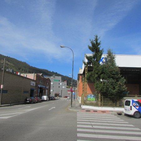 Hotel Ibis Oviedo: Hotel al fondo , talleres de autos en la calle por la que se llega