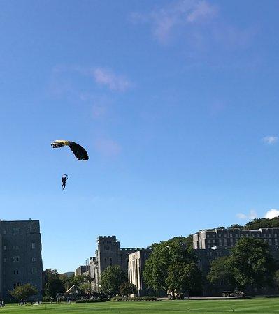 เวสต์พอยต์, นิวยอร์ก: Army parachute team jumping into the parade ground before Army beats Buffalo