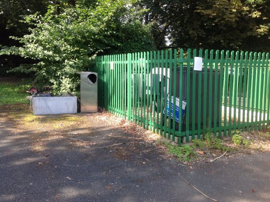 Upper Chine Holiday Cottages & Apartments: Car park dumped air conditioning units
