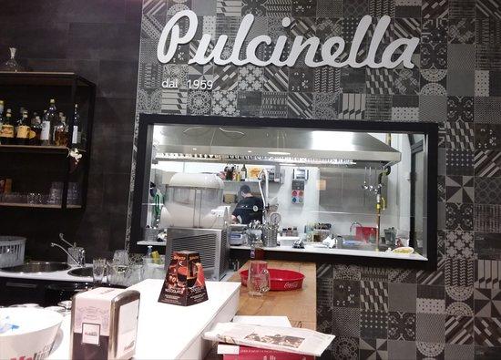 Cucina con forno a legna per la pizza napoletana - Foto di ...