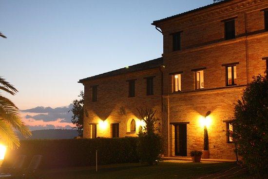 Mogliano, Italien: Nightview of Caserma Carina