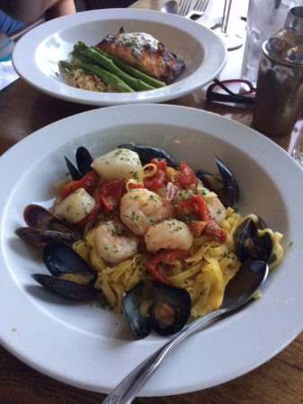 Muddy Rudder Restaurant: Seafood Scampi and Grilled Salmon