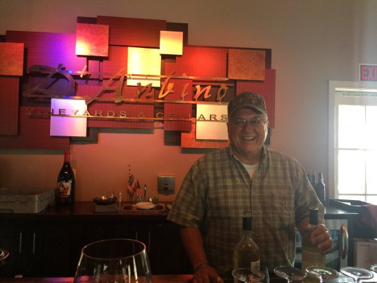 Paso Robles, CA: Inside the winery. Carmine is behind the bar. Pics of the music awards on the wall. A very charm