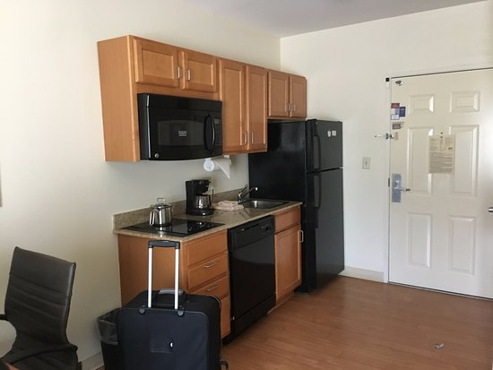Candlewood Suites Pearl: View of the inside of the room's kitchen area