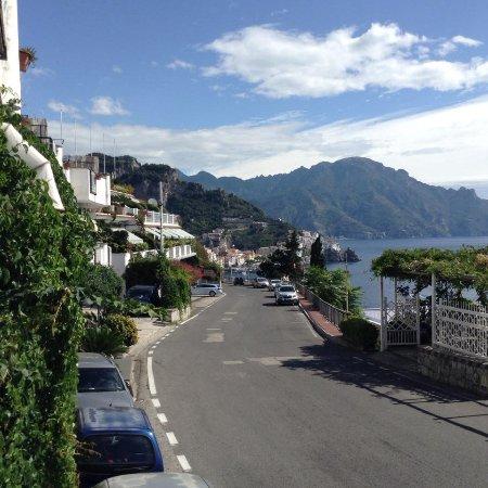 Hotel Bellevue Suites: In front of the hotel, looking towards Amalfi