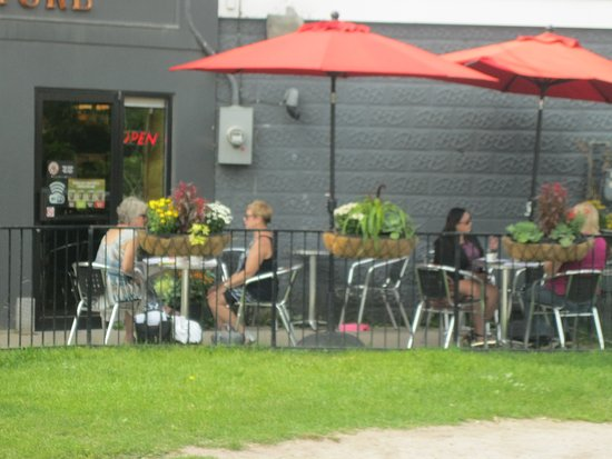 ‪‪Stayner‬, كندا: Coffee Culture Cafe and Eatery has a patio at its east end.‬