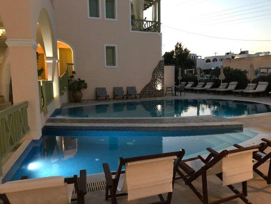 Anassa Deluxe Suites: Cortile con piscina. Incantevole