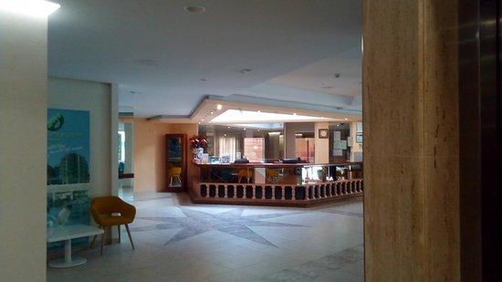 Hotel Benikaktus: Entrada y recepción.