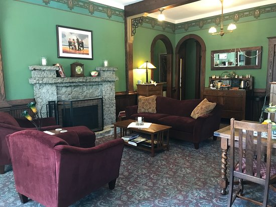 The Kirk House Bed & Breakfast: Comfy common area, including where breakfast is served