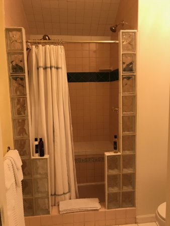 The Kirk House Bed & Breakfast: Shower in Trellis Room has two heads