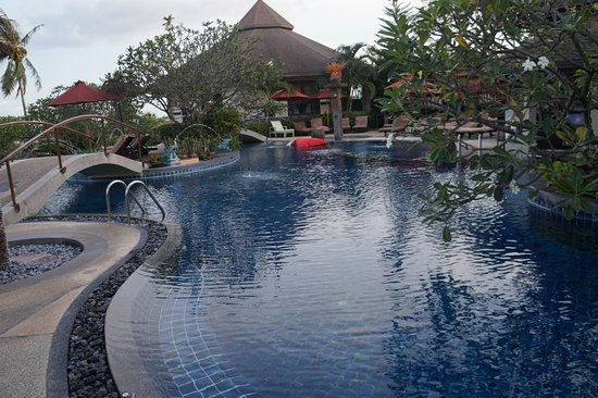 Mangosteen Resort & Ayurveda Spa: Lovely pool area with nice sun lounges
