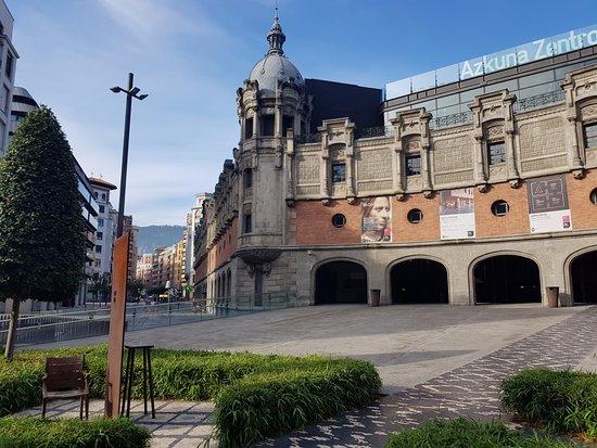 Azkuna Zentroa: Extérieur de l'édifice