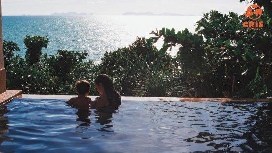 Crown Lanta Resort & Spa: A piscina privativa nos rendeu muitos momentos inesquecíveis em família!! E o por do sol dali é 