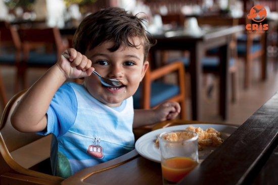 Crown Lanta Resort & Spa: Café da manhã tem cadeirinhas para os pequenos e uma vasta opção de guloseimas.